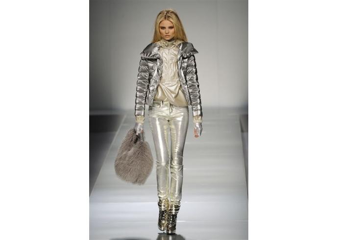 Blumarine di nuovo la donna metallica anter for Master di moda milano